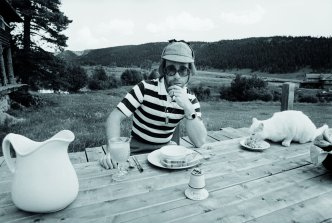 English pop singer Elton John at Caribou Ranch, Colorado for the recording of his tenth album 'Rock of The Westies', 1974. (Photo by Terry O'Neill/Iconic Images/Getty Images)